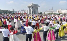 先軍節を迎え、舞踏会で踊る市民ら=25日、平壌(共同)