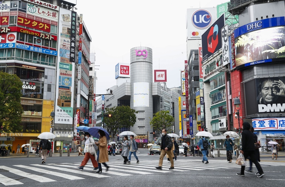 スクランブル交差点を歩く人たち=27日午後、東京・渋谷
