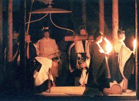 大嘗祭「悠紀殿供饌(ゆきでんきょうせん)の儀」のため、純白の祭服で悠紀殿に向かわれる天皇陛下(左)