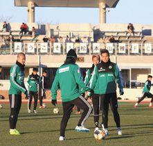ボール回しで動きを確認する選手たち=千葉県東金市の東金アリーナ陸上競技場で