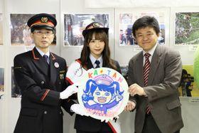 自身のイラストがデザインされたヘッドマーク掲出の卒業記念号運行が決まったSKE48の松村香織さん(写真中央)=4日、埼玉県和光市の和光市駅