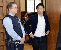 25日、ドイツ・ドルトムントの裁判所に証人として出廷した香川真司選手(右)(共同)