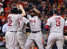 アストロズ戦の8回、満塁本塁打を放ちホルト(左)とタッチするレッドソックスのブラッドリー=ヒューストン(共同)