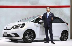 報道陣に先行公開された東京モーターショーで、新型「フィット」について説明するホンダの八郷隆弘社長=23日午前、東京・有明の東京ビッグサイト
