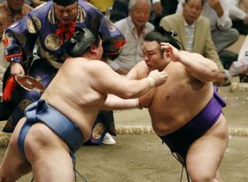 正代(左)と立ち合う貴景勝。押し倒しで破る=両国国技館