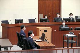 約3カ月ぶりに裁判員裁判が再開された東京地裁の法廷。新型コロナウイルス感染防止のため、裁判官や裁判員の席の間にアクリル板が置かれていた=2日(代表撮影)