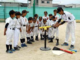 浜西監督(右端)の指導を受けながら全国大会に向け練習する選手たち