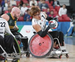 日本-オーストラリア 第3ピリオド、日本代表の池崎はオーストラリア代表のクリス・ボンド(左)に押し出され攻守交代となる=東京体育館で