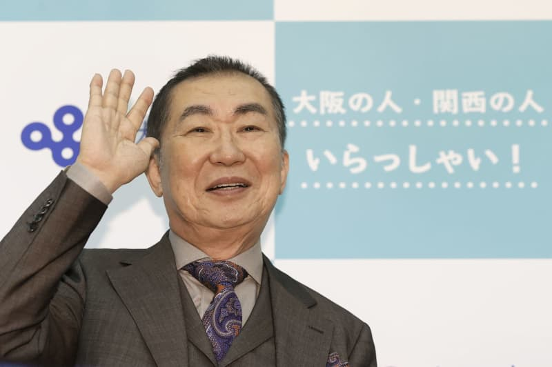 「関西の人、いらっしゃーい!」とポーズをとる桂文枝さん=16日午後、大阪府公館