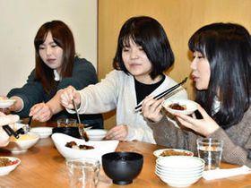 須賀川の食を楽しむ学生ら