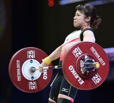 女子49キロ級 スナッチで75キロに成功した三宅宏実。ジャークには挑戦せず途中棄権した=パタヤ(共同)