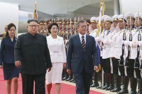 平壌国際空港で北朝鮮の金正恩朝鮮労働党委員長夫妻(左)と歓迎式典に臨む韓国の文在寅大統領夫妻=18日(平壌写真共同取材団・共同)