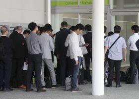 スルガ銀行の株主総会の開場を待つ株主ら=26日午前、静岡県沼津市
