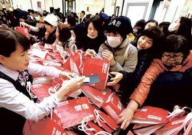 開店から多くの買い物客が殺到した福袋売り場=2018年1月2日午前7時55分ごろ、仙台市青葉区一番町の藤崎