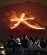古都の夏を彩る「五山送り火」で、夜空に浮かび上がった「大」の字=16日夜、京都市