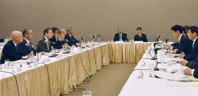 東京都内で開かれた西村経済再生相と経団連の意見交換会=23日午前
