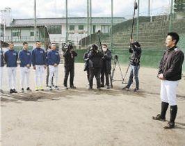 練習の冒頭であいさつする磐城の渡辺監督(右端)
