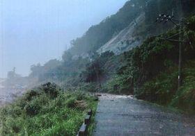 鹿児島県・中之島の土砂崩れ現場=4日(九州電力送配電提供)