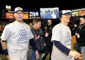 2009年11月、ワールドシリーズを制覇し、場内を一周するヤンキース・松井(右)とジーター=ヤンキースタジアム(共同)
