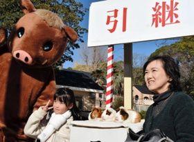 親子連れが見守る中行われた干支の引き継ぎ式=神戸市灘区王子町3