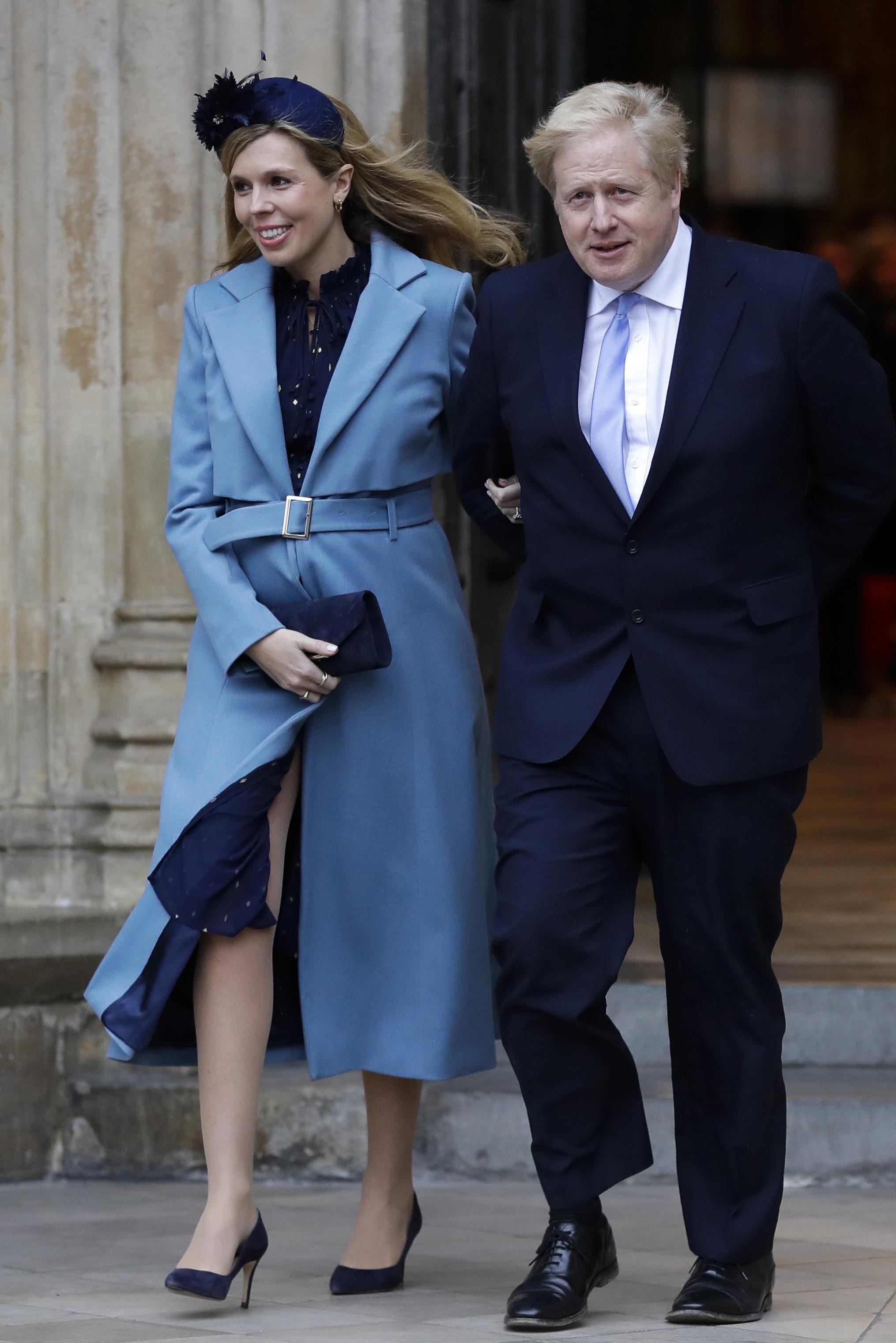ジョンソン英首相(右)と婚約者キャリー・サイモンズさん=3月9日、ロンドン(AP=共同)