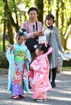 色鮮やかな晴れ着姿でうれしそうに参拝する子どもら=15日午後、宮崎市・宮崎神宮