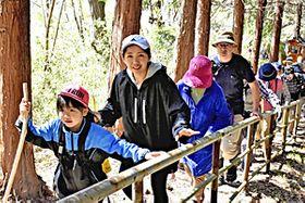 山頂へと歩みを進める登山者たち=宇津峰山