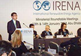 IRENAの総会で演説する河野外相(左端)=14日、UAE・アブダビ(共同)