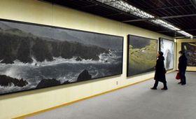 風景画の大作など、豊かな表現世界に見入る来場者(京都市中京区・京都文化博物館)