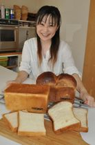 【三重県産粉使った食パンを紹介する三矢さん=津市大谷町のCOVOPAINで】