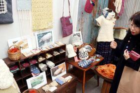 県産羊毛を使った多彩な作品が並ぶ会場