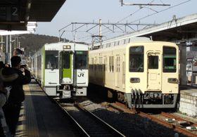 越生駅ホームに並ぶJR八高線の高麗川行き(左)と東武越生線の坂戸行き