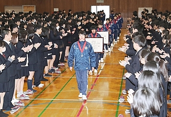 長野東高女子駅伝チーム、全国大会2位を学校で報告