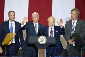 アポロ11号月面着陸50年の祝賀式典で手を振るバズ・オルドリン氏(右から2人目)=20日、米フロリダ州(UPI=共同)