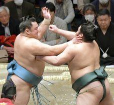 錦木(右)を攻める玉鷲。押し出しで破る=両国国技館