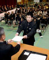 壇上で修了証書を受け取る山崎中学校の1年生=さつま町の同校