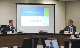 臨時会合で意見交換する原子力規制委員会の更田豊志委員長(右)と九州電力の池辺和弘社長=15日午後、東京都港区
