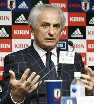 サッカー日本代表メンバーを発表し、記者の質問に答えるハリルホジッチ監督=15日午後、東京都文京区