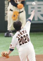 背番号「2020」のユニホームを着用して始球式を務める東京都の小池百合子知事=11日、東京ドーム