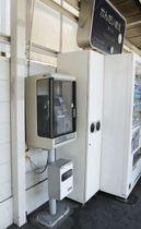 虚偽の空き巣被害の通報に使われた阪急千里線関大前駅ホームにある公衆電話=17日