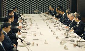 東京都内で開かれた自民党幹部と経団連の会談=23日午前