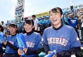 スタンドから声援を送る花咲徳栄3年生マネジャーの(右から)阿部蘭さん、関ちはるさん、吉野里菜さん=14日午後、兵庫県西宮市の甲子園球場