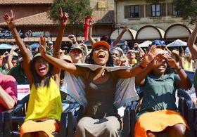 20日、南アフリカ・ヨハネスブルクのパブリックビューイング会場で、南アの勝利に喜びを爆発させるファン(共同)