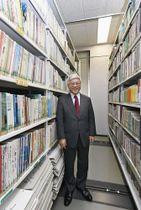 小郡市立図書館の書架や蔵書について説明する永利和則さん。「図書館人は自分の仕事の大切さを、もっと利用者に広く伝えなければいけない」と語る=2月14日、福岡県小郡市(撮影・後藤貞行)