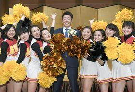 祝賀会に出席し、笑顔で記念写真に納まる西武の源田壮亮内野手(中央)=19日夜、名古屋市