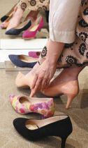 靴売り場でハイヒールを試し履きする顧客=東京・銀座で(河口貞史撮影)