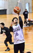 「目の前の試合に集中し、チームとして一戦ずつ成長していきたい」と語る上杉翔(26)=山辺町民総合体育館