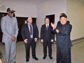 2014年1月8日、北朝鮮でデニス・ロッドマン氏(左端)とともに金正恩氏と会うマイケル・スパバ氏(左から3人目)(朝鮮中央通信=共同)