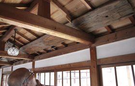 平等院塔頭の浄土院で保管されている、1046年伐採と分かった鳳凰堂の屋根に用いられた木材(上)=18日午後、京都府宇治市