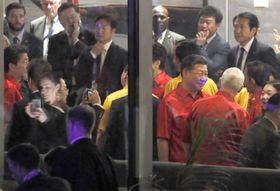17日、APECの夕食会会場でペンス米副大統領(手前右端、背中の人物)と立ち話をする中国の習近平国家主席。左端は安倍首相=パプアニューギニアのポートモレスビー(共同)